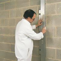 Suvo malterisanje - provera neravnina zida i obeležavanje mesta za nanošenje lepka